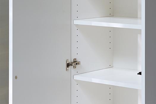 棚板<br /> 扉タイプの各アイテムの収納には32mm間隔で可動できる棚板がそれぞれ付属されています。(アイテムによって枚数、移動可能な段数が異なります。)