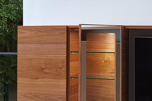 プッシュオープンタイプの扉<br /> 各アイテムの扉部は、軽く押して開閉できるプッシュオープンタイプの扉です。
