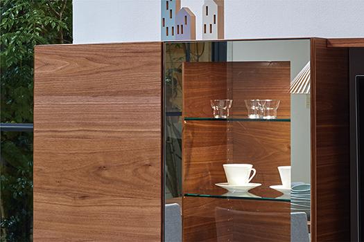 見せる収納(OP)<br /> オプションにて中抜きミラー扉にした場合、棚板はガラス(8mm厚/可動式)となります。また、中抜きミラー扉+証明の場合は、ダウンライトが天板内部に内蔵され、見せる収納の機能が更に付加されます。