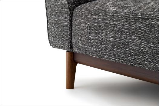 熟練した木工職人によって天然木を丁寧に削り込み、組み付けられた木部フレームは、緻密な設計の元に実現した「スティーレ」を象徴するディテールです。