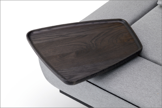 無垢材をトレー状に削り出した天板は好みの位置に差し込んで使うことができます。