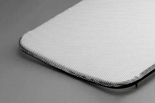 柔軟で適度なストレッチ性のあるポリエステルメッシュシートを採用しています。<br /> 電車のシートにも採用されているこのシートは、すぐれた形態保持力がありさらに座枠フレームとの一体成形で抜群のしなやかさと耐久性を実現しています。